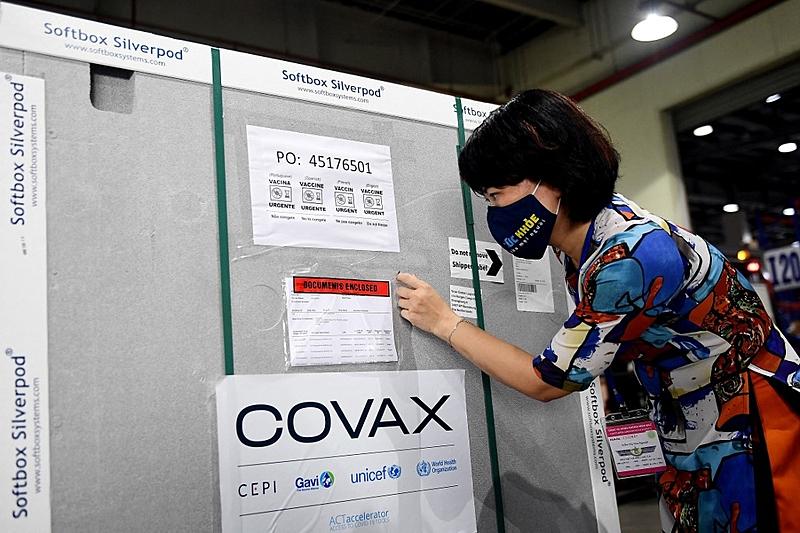 Consórcio Covax favorece setores privados na distribuição de vacina, aponta relatório